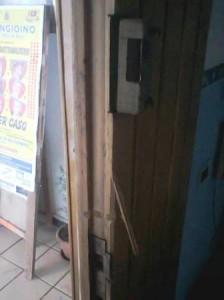 La porta d'ingresso sfondata.