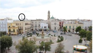Nella foto, in alto a sinistra nella parte cerchiata, si nota uno svettante camino che in realtà ospita un'antenna di telefonia mobile