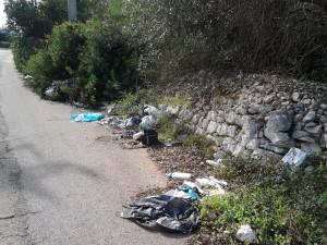 La stradina panoramica oggetto del deposito di rifiuti di ogni genere