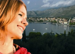 Ivana Marija Vidovic. Sullo sfondo la città di Cavtat