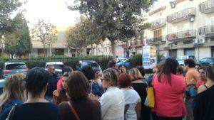 Protesta dei genitori della scuola chiusa
